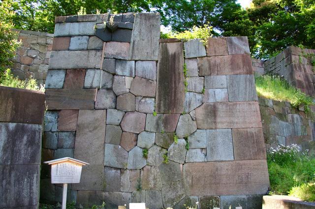 玉泉院丸庭園に残る石垣