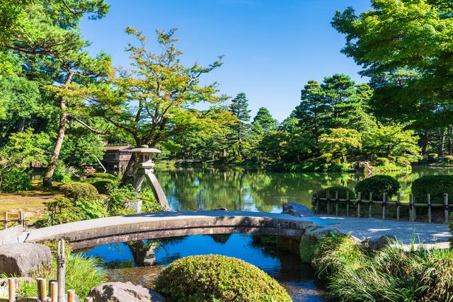 兼六園の池と灯篭
