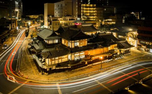 ライトアップされた道後温泉(松山)