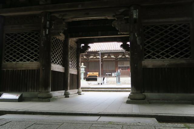 中門から見た本堂(太山寺)