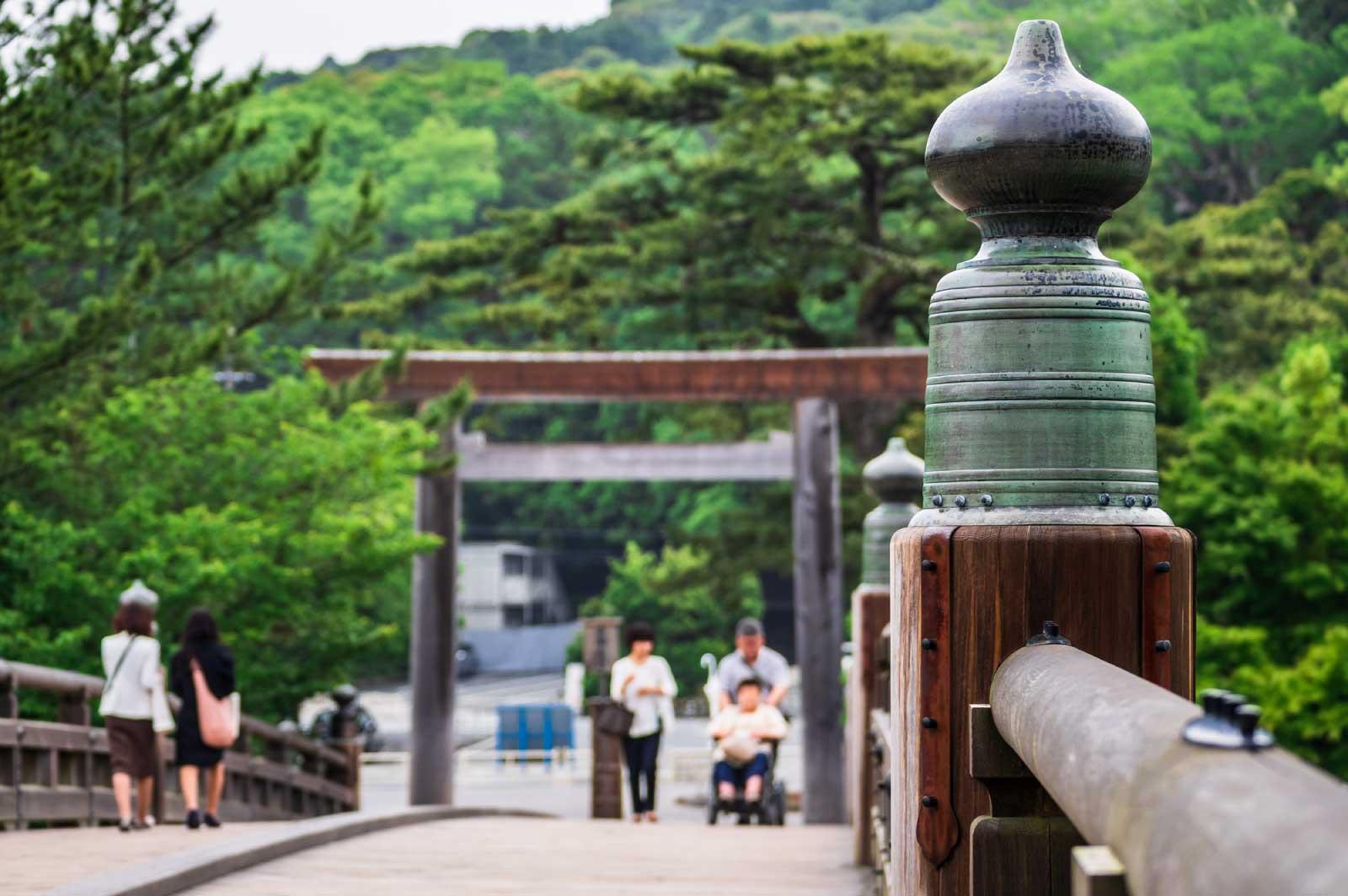 宇治橋を渡る参拝客