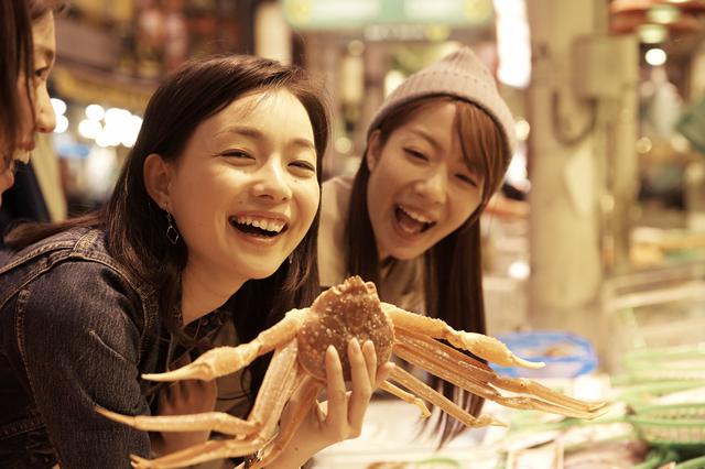市場で蟹を物色する女性