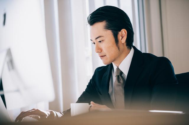 名古屋の喫茶店で衝撃を受ける男性