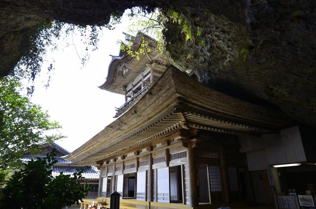 岩肌に建つ羅漢寺