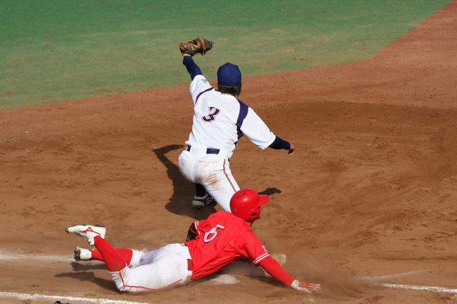 岡山出身の選手のヘッドスライディング