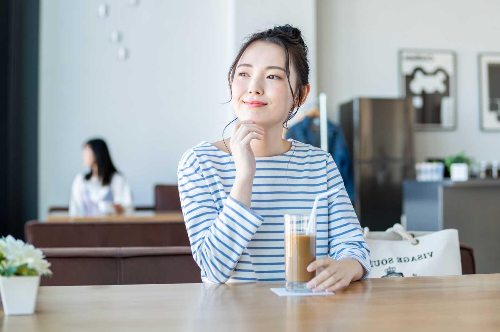 カフェ巡りする大学生