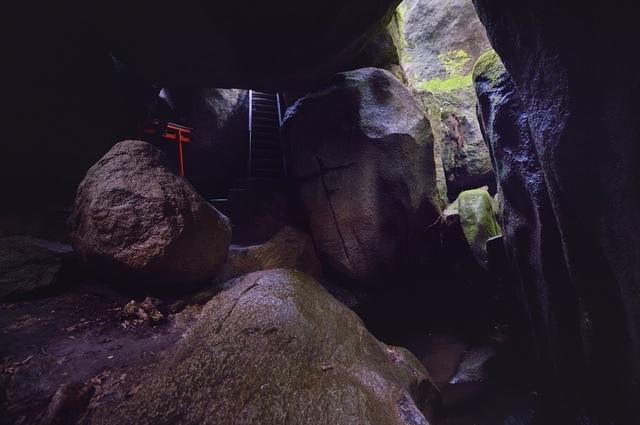 磐船神社で岩窟巡り