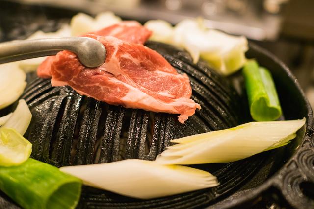 ジンギスカンはマトン(成羊肉)やラム(仔羊肉)といった、羊肉の焼肉料理