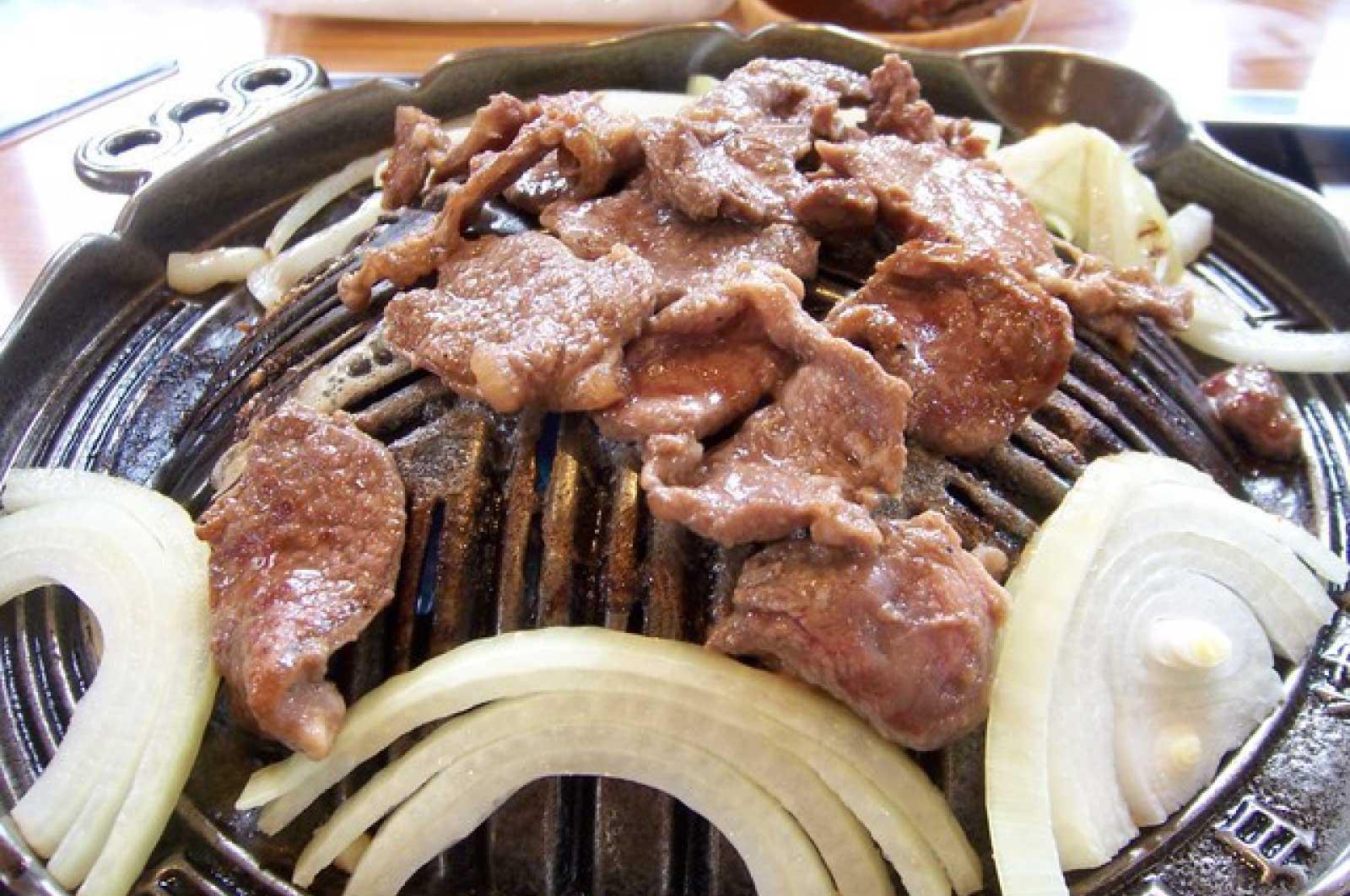 ちょっと特殊な鉄板で肉と野菜を焼いて食べる