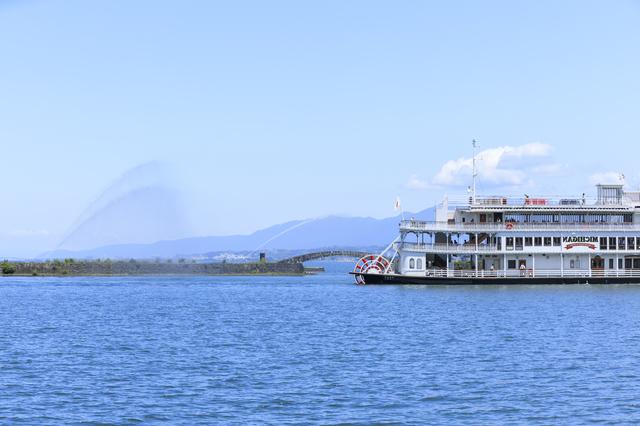 琵琶湖とクルーズ船