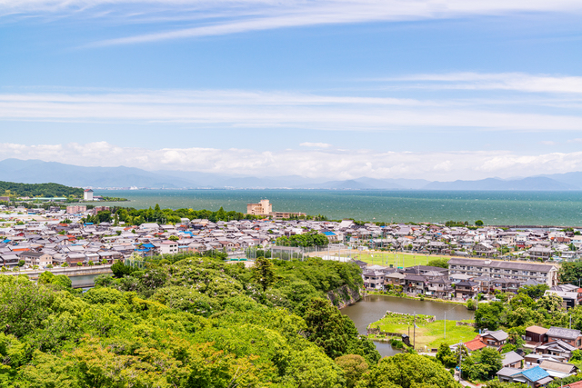 琵琶湖と街並み
