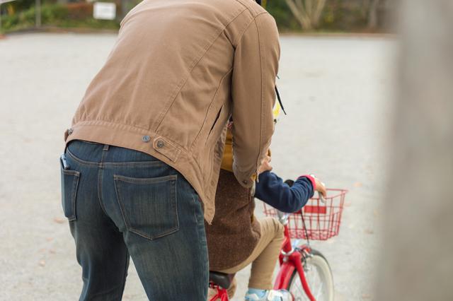 自転車を練習する親子
