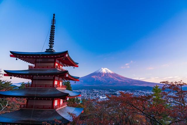 忠霊塔と新雪富士