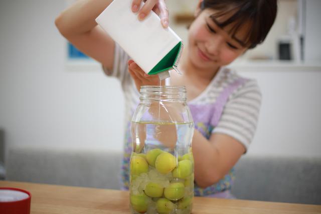 梅酒を作る女性