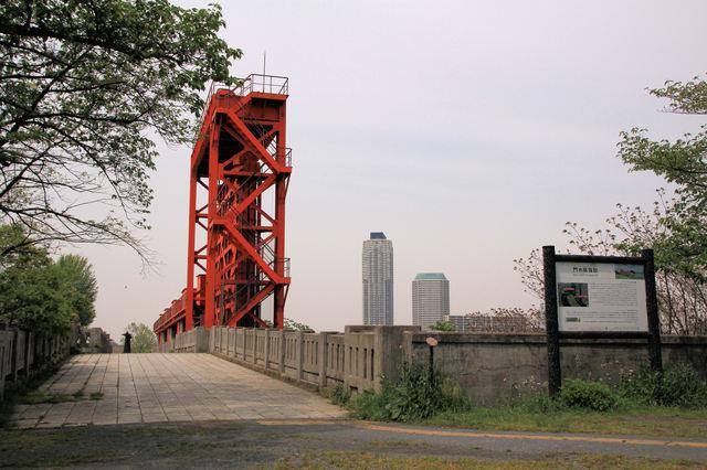 赤羽の旧岩淵水門はサイクリングロードにもなっている