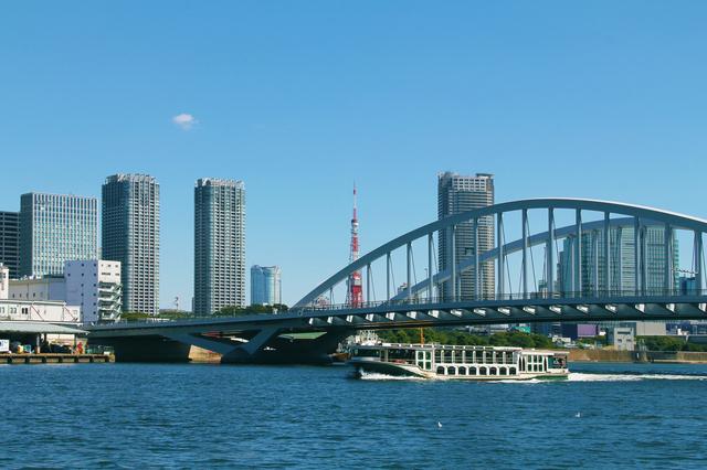 日の出桟橋を出る水上バス