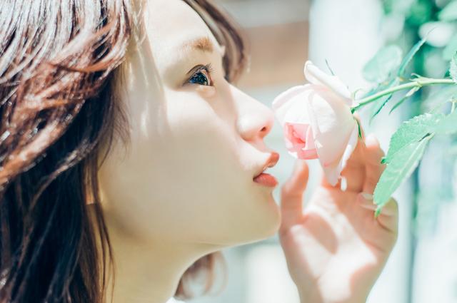 花の匂いを嗅ぐ
