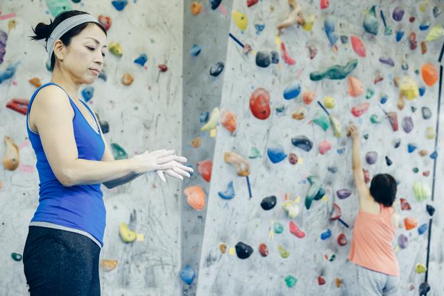 ボルダリングをするシニア女性
