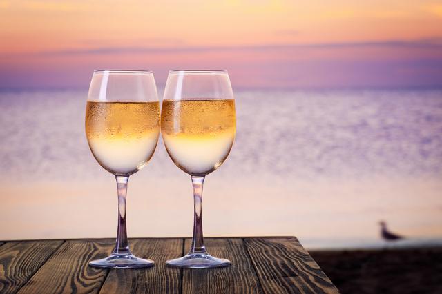 ワイングラスと松江の海