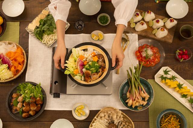 妻による鍋料理
