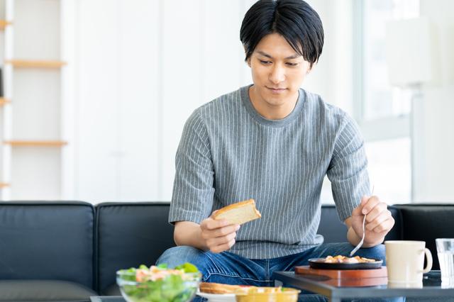 朝食をゆっくりとる男性