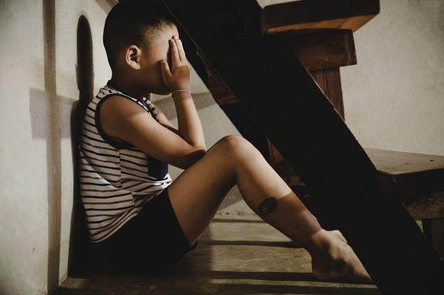 貧乏で泣く子供