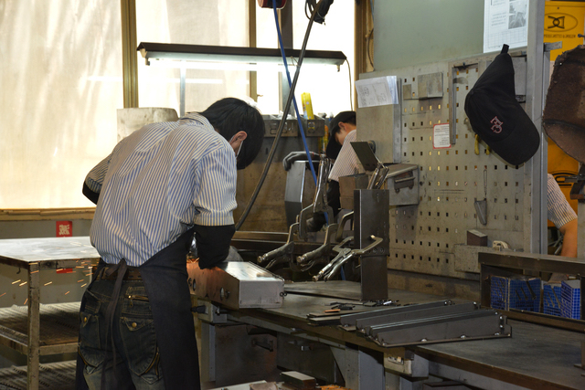 工場で働く青年