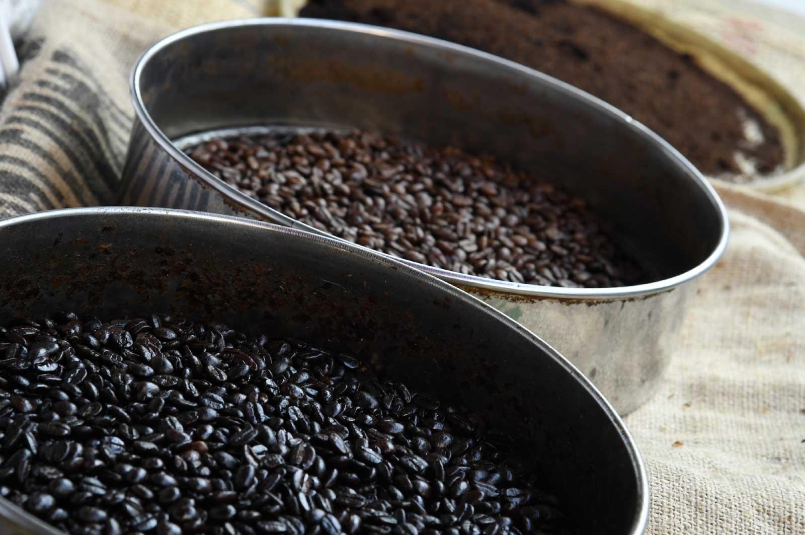 深煎りと浅煎りのコーヒー豆