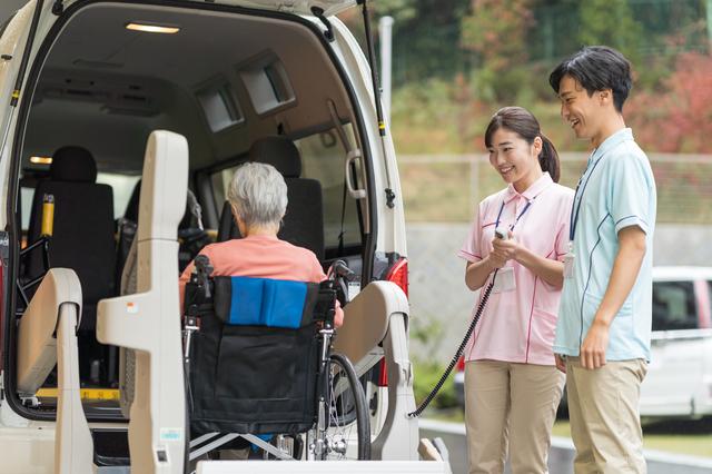 福祉車両に老人を乗せる