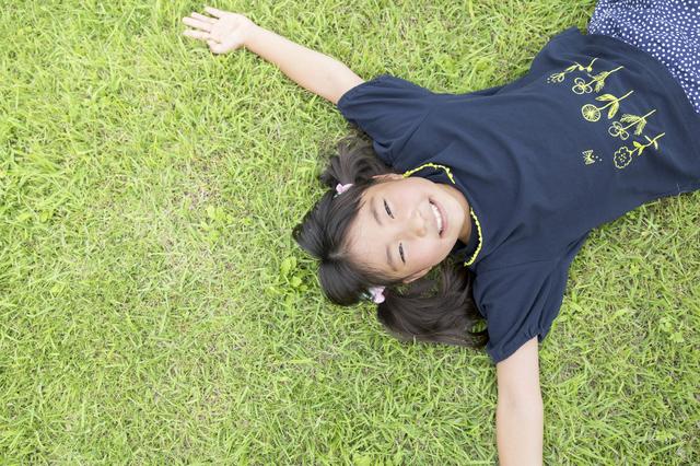 芝生に寝転ぶ小学生