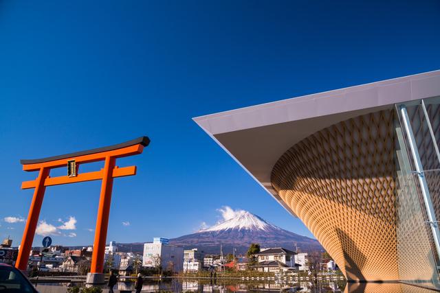 静岡県富士山世界遺産センターと富士山本宮浅間大社の鳥居