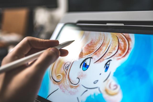 タブレットでイラストを描いている