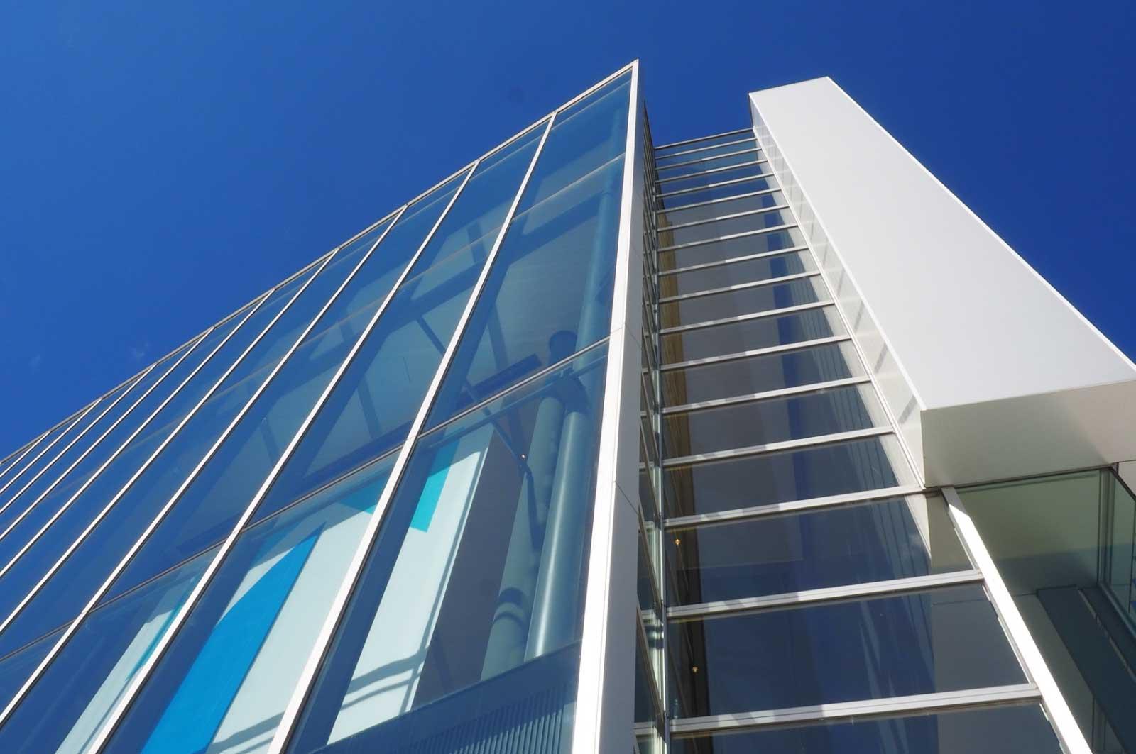 ガラスを多用した富山県美術館