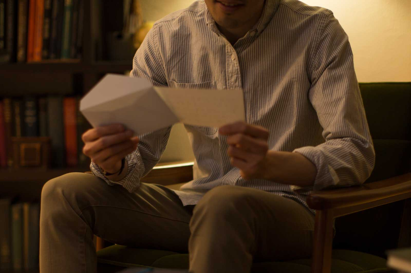 娘からの手紙を読む父親