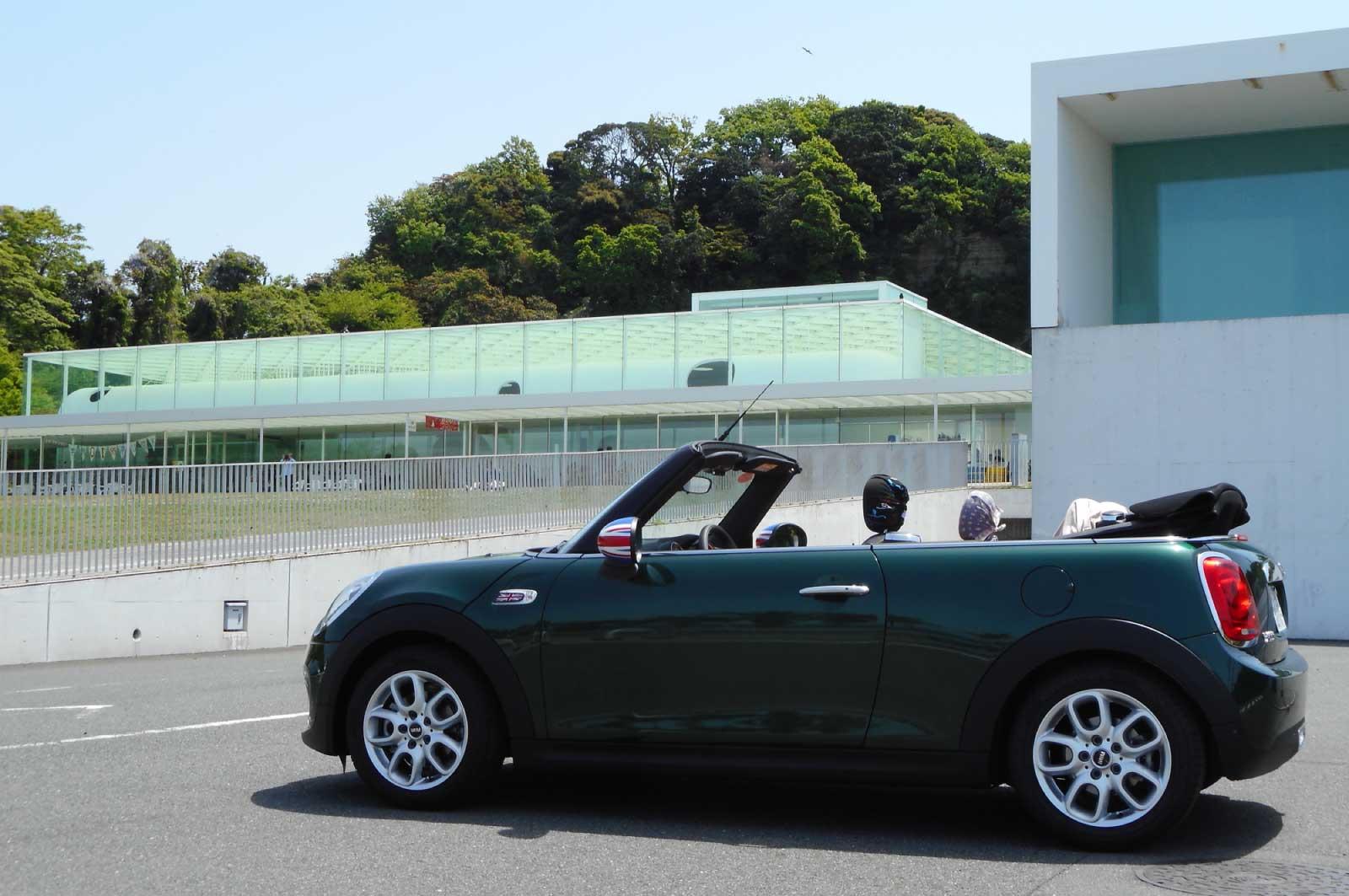 横須賀美術館とオープンカー