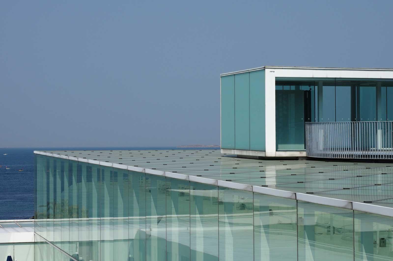 ガラス張りの横須賀美術館