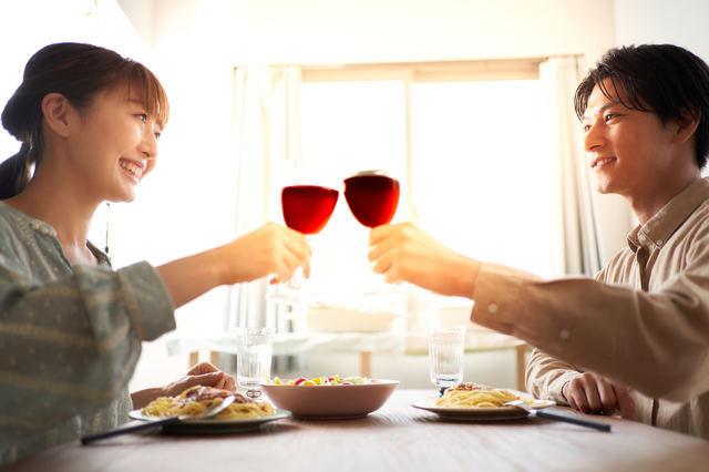 結婚記念日を祝う夫婦