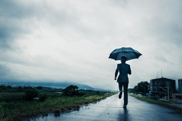 雨に打たれるサラリーマン