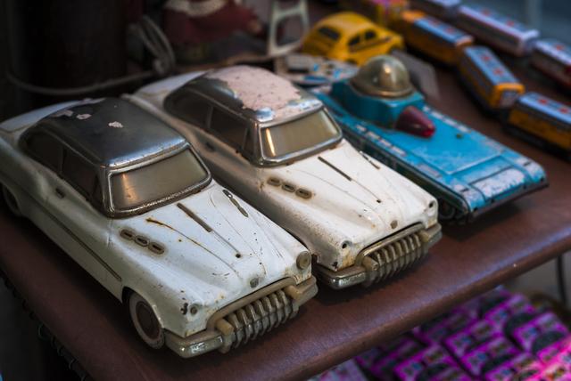 ブリキの車のおもちゃ