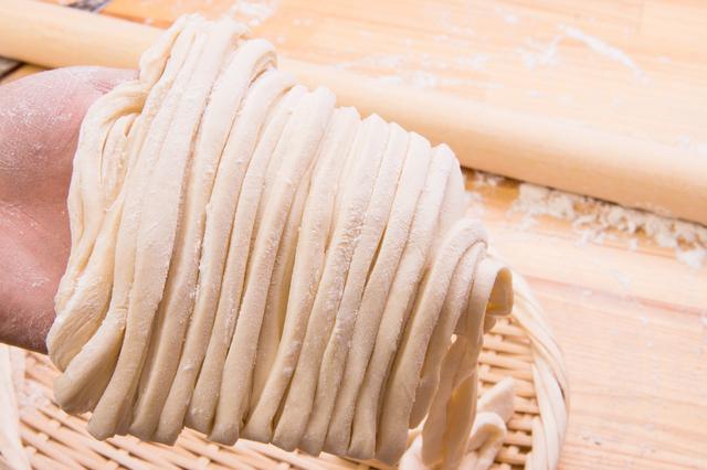 うどんのもととなる小麦粉と塩と水