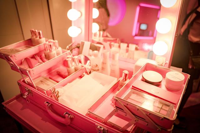 ピンク色のメイクボックス