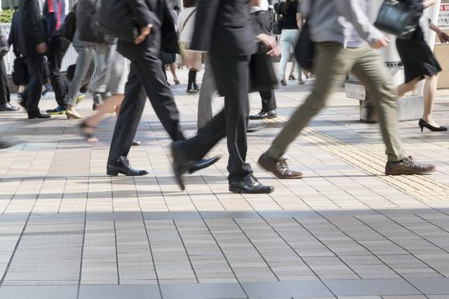 品川駅から出てくる人々