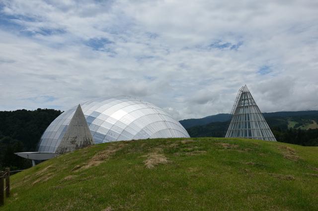 巨大卵のような銀色のドームをした福井県立恐竜博物館