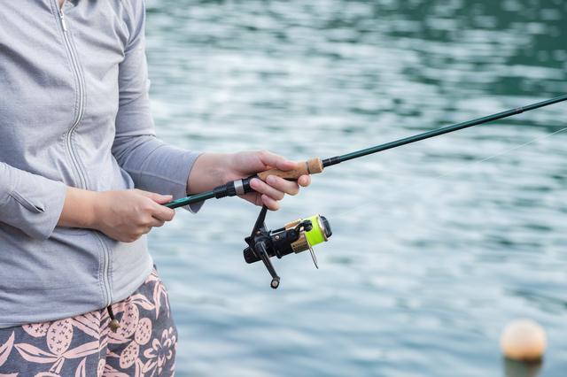 滋賀の醒井養鱒場で釣りをする女性
