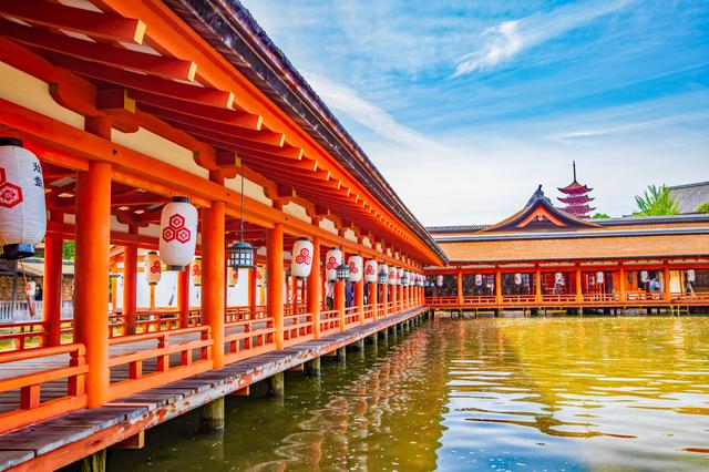 海に浮かぶ厳島神社(広島)