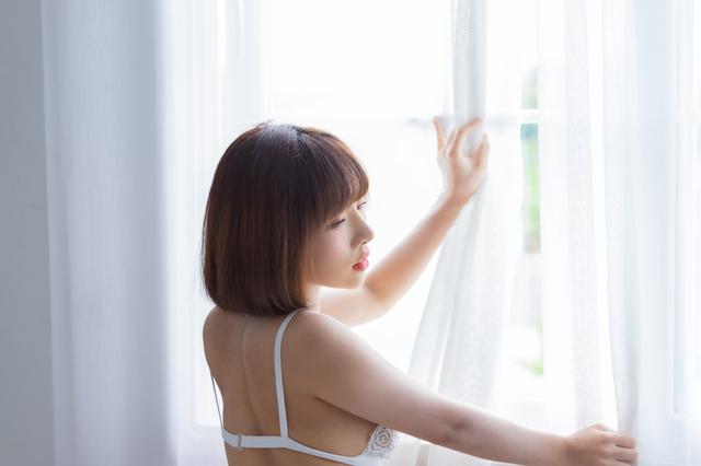 広島で童貞を卒業させてくれそうな下着姿の女性