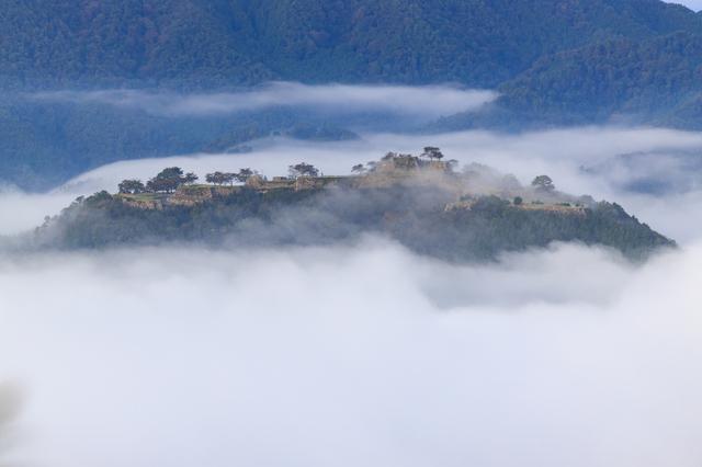 雲海に浮かぶ竹田城(兵庫)