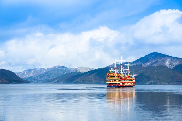 芦ノ湖を遊覧する海賊船