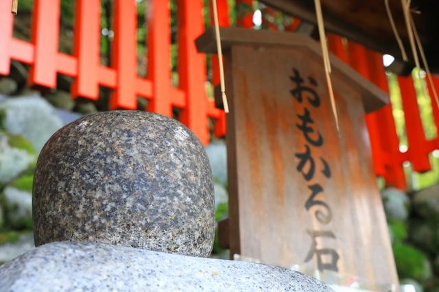 おもかる石(伏見稲荷大社)