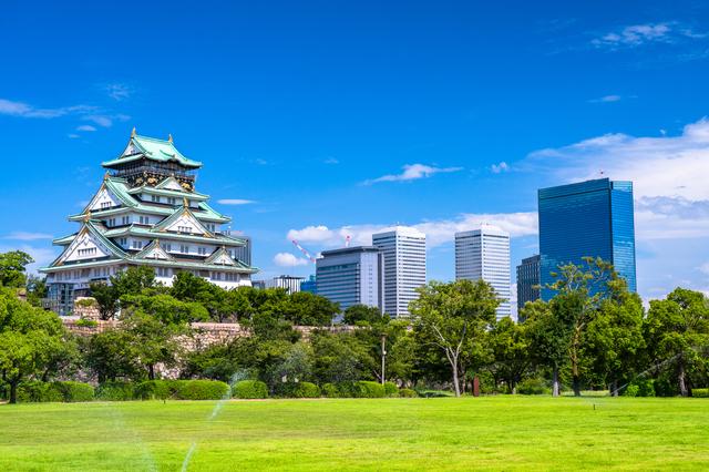 大阪城と高層ビル